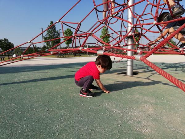 新横浜公園で遊ぶ子ども