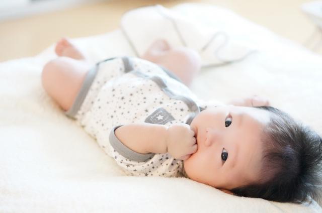 赤ちゃんのいる部屋のクーラーの温度は何度が適温?体を冷やし過ぎない方法は?