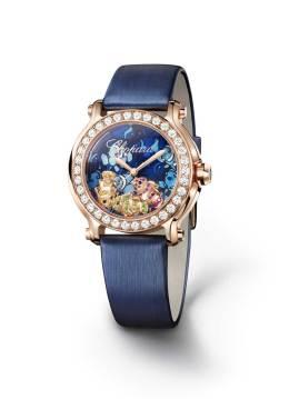 Chopard Este año, el modelo Happy Fish -de la colección Happy Sport- destaca por la magia multicolor de las profundidades. Tres pececitos payaso realizados en oro rosa de 18 quilates, engastados con zafiros, tsavoritas, rubíes y ónices, nadan sobre la carátula que simula un arrecife de coral. La correa de raso azul -a juego con el conjunto- acompaña al bisel, el cual presenta un engaste de diamantes que invitará a cualquiera a descubrir los misterios del océano creativo de la firma.