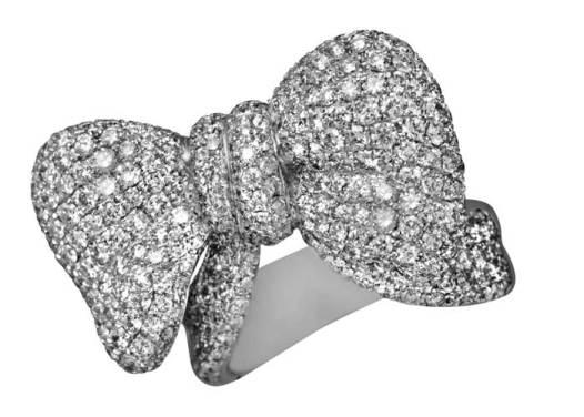 Berger Joyeros: Fue en la Edad Media cuando los anillos comienzan a decorarse con gemas. La creatividad del diseño y la maestría del engastado de la casa, se funden en la imaginación transformándose en un moño juguetón con apariencia de anillo -de oro blanco en pavé de diamantes-, o viceversa.