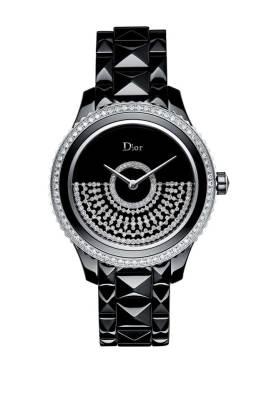 Dior La casa de Haute Couture francesa transforma el gusto de su fundador por los grandes bailes, en un femenino guardatiempo. La colección Dior VIII Grand Bal, desata un remolino que evoca los vestidos de fiesta mediante el movimiento funcional de la masa oscilante -ubicada en la carátula-. Disponible en cerámica blanca o negra, y fiel a su pasión incontenible por la alta costura, la novedosa pieza resplandece a través de sus diamantes dispuestos en forma de malla.