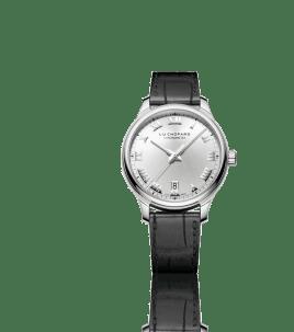 El L.U.C 1937 Classic es una pieza que combina pasión, tradición e innovación. Su caja es de acero inoxidable, su carátula de plata muestra numerales romanos aplicados en rodio.