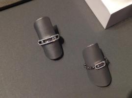 La colección Move también comparte el movimiento de las piedras en anillos a combinación.