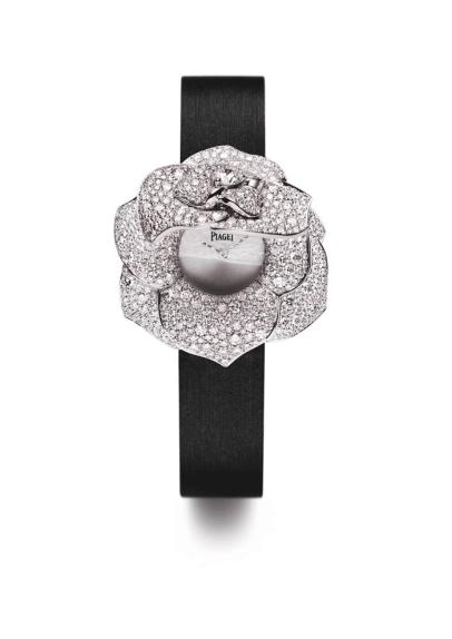 Reloj Piaget Rose secret, abierto. Caja en oro blanco de 18 quilates engastado en 668 diamantes corte brillante. Carátula plateada. Correa de satén negro. Hebilla engastada en 40 diamantes corte brillante.