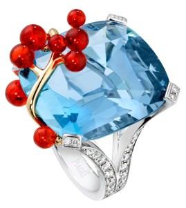 "Blue Sea Inspiration Cocktail: anillo de oro blanco de 18 quilates y oro amarillo montado con una aquamarina talla cojín (aprox. 28,03 quilates), 13 ""granos"" ópalo de fuego (aprox. 3,18 quilates) y 58 diamantes talla brillante (1,36 ct). Ref.. G34LR500"
