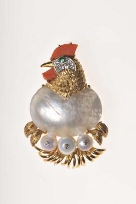 Chicken brooch/Cartier Paris, 1957/Oro en relieve, platino, diamantes corte brillante. Esmeralda cabujón (ojo). Perlas madre, perlas, coral.