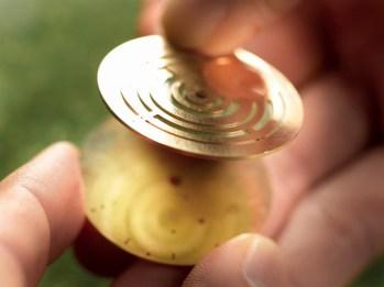 Carátula semiesqueletada fabricada en oro con forma de laberinto