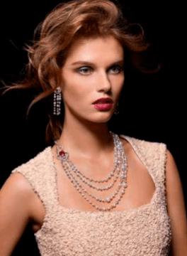 Colección Couture Précieuse // Collar en oro blanco de 18 quilates engastado con 185 diamantes talla brillante (aprox. 35,14 quilates), 1 rubelita talla cojín (aprox. 12,94 quilates), y 70 perlas blancas Akoya. Ref. G37LN400 / Pendientes en oro blanco de 18 quilates engastado con 92 diamantes talla brillante (aprox. 3,94 quilates), 2 rubelitas talla cojín (aprox. 2,08 quilates), y 24 perlas blancas Akoya. Ref. G38LN900