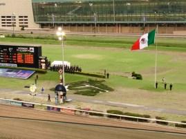 Momento solemne, la Banda de Guerra del Ejército Mexicano entonando el Himno Nacional.