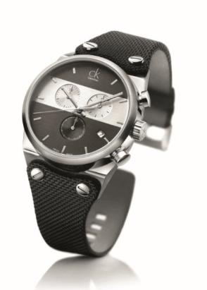 EAGER // Un reloj cronógrafo para el hombre con un estilo ágil y pragmático. El pulido cepillado del acero en el reloj, afirma una presencia dominante en la muñeca. La caratula gris con una línea blanca, crea un efecto de día/noche con un acabado satinado en los colores.