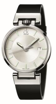 WORLDLY // Líneas arquitectónicas y formas cíclicas, este reloj hace una declaración de poder. CK Worldly está diseñado con una caja de acero pulido y una correa de piel negra con terminado en caucho al tacto, disponible con caratula plata o gris frio.