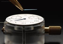 Las agujas azuladas montadas sobre la carátula color argenté, resaltan la tradición relojera de Sajonia, diseño de inspiración directa en los relojes de bolsillo de la marca.