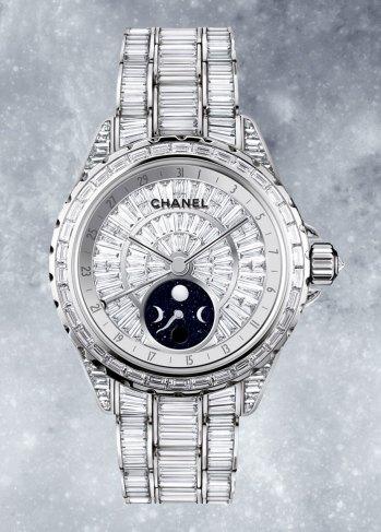 Caja de 38 mm de oro blanco de 18 quilates con 696 diamantes, movimiento mecánico automático con reserva de marcha de 42 horas. Funciones: horas, minutos, segundos; fechador por aguja y fase Lunar. Hermeticidad 50 metros.