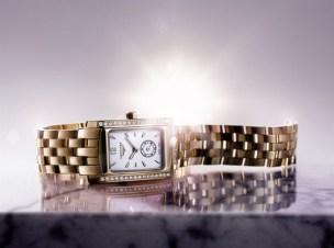 Este reloj de cuarzo (calibre L178) de oro amarillo 18kt está engastado con 32 diamantes (0.269 quilate, Top Wesselton VVS), cuyo centelleo realza su forma rectangular de proporciones armoniosas. El cuadrante blanco ostenta diez índices y agujas doradas que indican las horas y los minutos, así como un pequeño segundero a las seis horas. Un brazalete de oro amarillo 18kt complementa este modelo contemporáneo y elegante, hermético hasta 3 bar (30 metros).