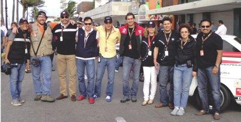 Javier Velázquez, (tercero de derecha a izquierda), representante de Watches World, posa junto al equipo de TAG Heuer. Gracias por la invitación y experiencia.