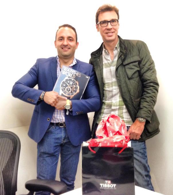 """Mario Zapata, tercer ganador de la trivia """"TISSOT, innovación suiza desde 1853"""" presume su reloj junto a Carlos McBeath, Director de Marca."""