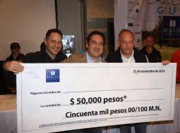 Sergio y Ari Berger en la entrega del certificado por 50 mil pesos.