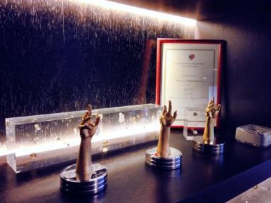 Tres trofeos por el Grand Prix d´ Horlogerie de Genève se exhiben en las vitrinas de la Casa.