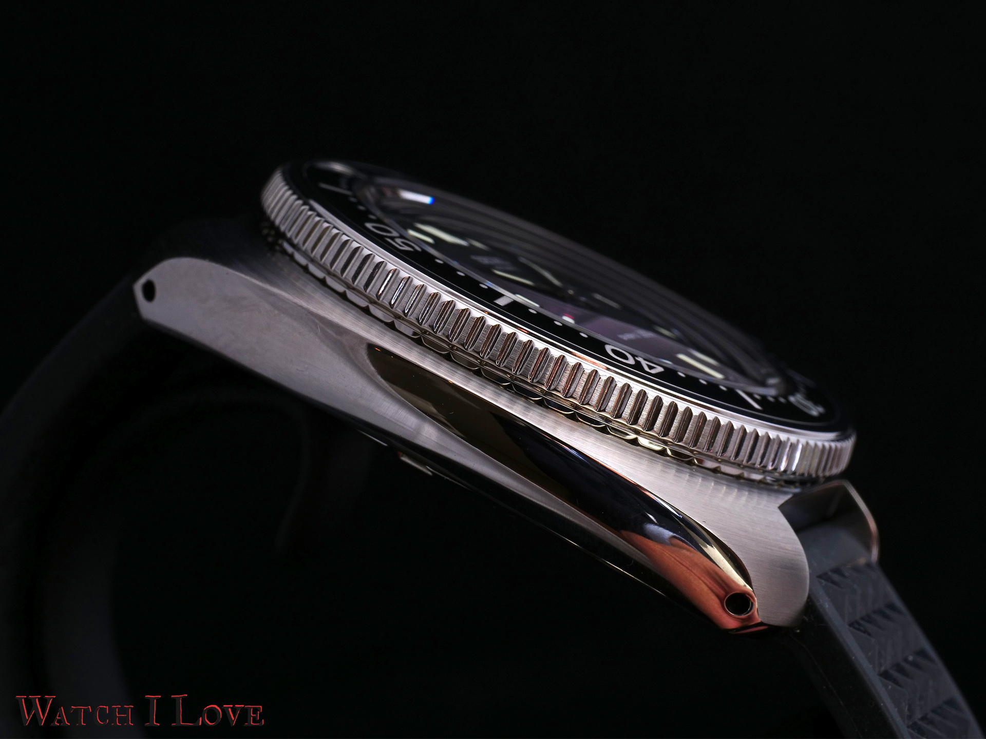 The SLA033J1 case side presents a mirror polish of the highest quality