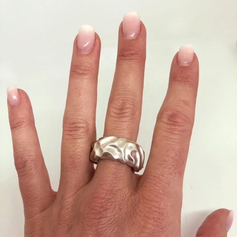 Der Ring DUNE am Finger