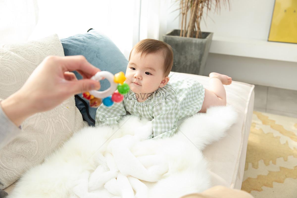 爸爸拿著玩具吸引嬰兒圖片素材-JPG圖片尺寸6720 × 4480px-高清圖片501577160-zh.lovepik.com