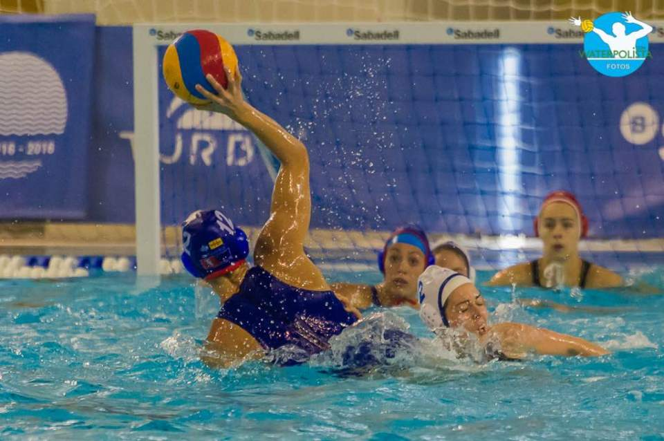 Una jugada del partido entre La Sirena CN Mataró y el Rubí / ATELIER PHOTO
