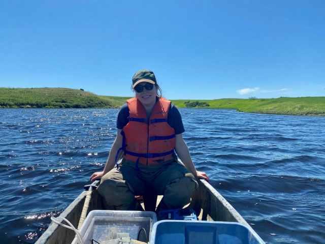 Notre étudiante d'été, Erin, pratique la sécurité en portant un gilet de sauvetage lorsqu'elle est sur l'eau