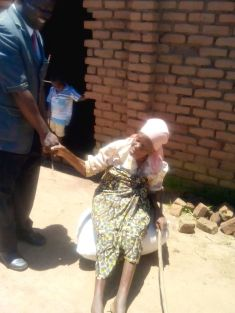 An old suffering woman saying thank you after receiving her bag of maize Mayere in Nsanje