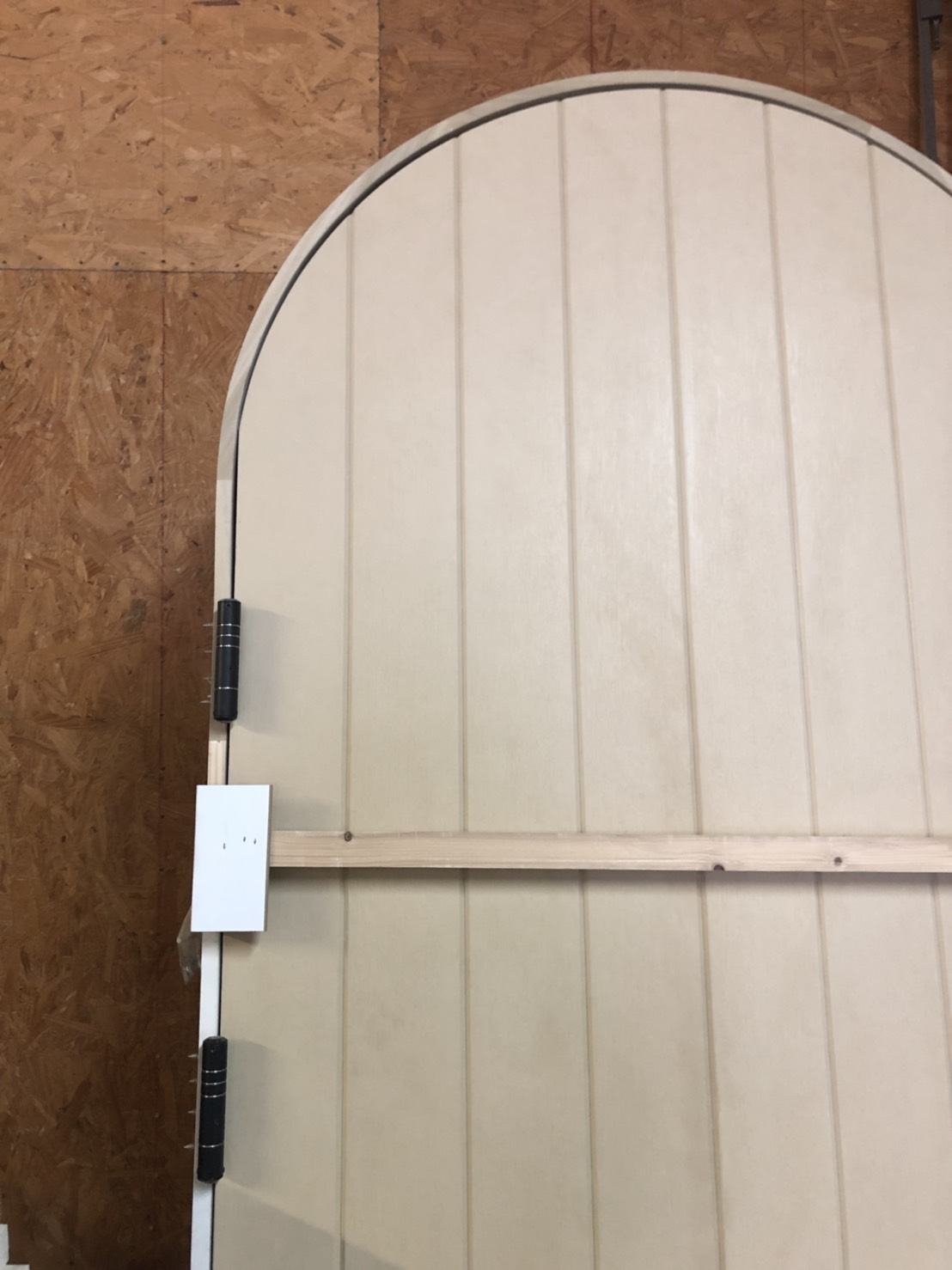 self-closing hinge-arched door