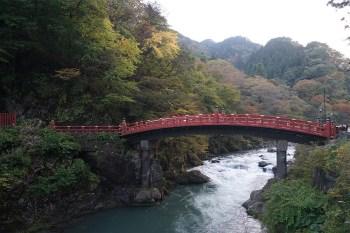 สะพาน Shinkyo สะพานไม้สีแดงที่พาดผ่านแม่น้ำไดยะ