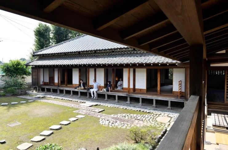 นั่งที่ระเบียงพลางชมสวนญี่ปุ่นก็ผ่อนคลายดีเหมือนกัน