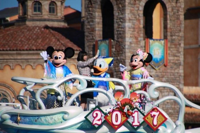 東京迪士尼海洋也有米奇米妮和唐老鴨一起現身互道新年快樂(右2是2017年東京迪士尼親善大使福本望)