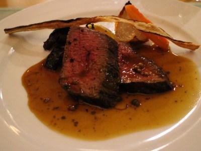在旅館內的餐廳享用大分縣名產:豐後牛。