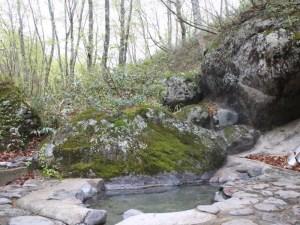 露天混浴溫泉。位於溪流的附近,距離旅館徒步約3分鐘
