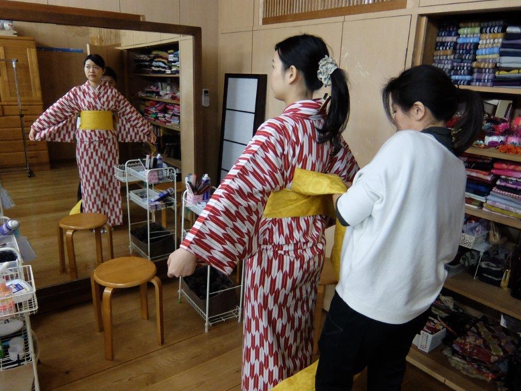 14 trying on obi belt