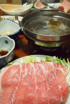以溫泉水加熱的三元豚涮涮鍋,肉質柔軟好入口。