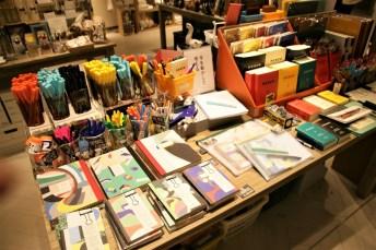 「+SPBS」則是結合生活雜貨和書籍的新形態店鋪