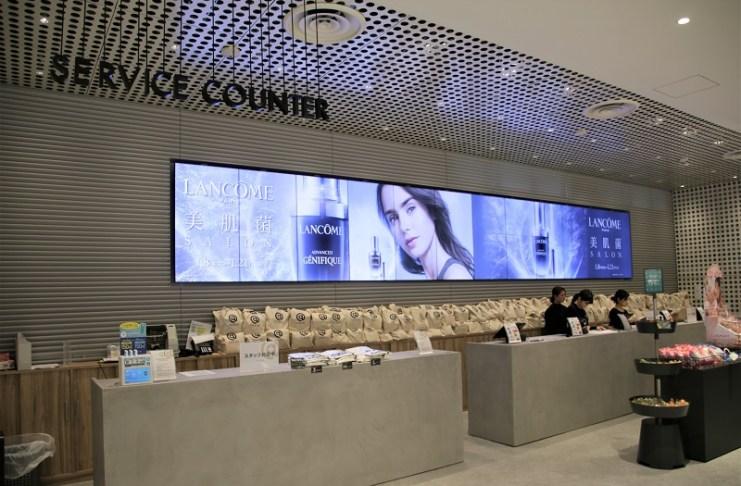 一、二樓的結帳櫃台處都有大型電子看板,不斷更新展示商品和活動訊息
