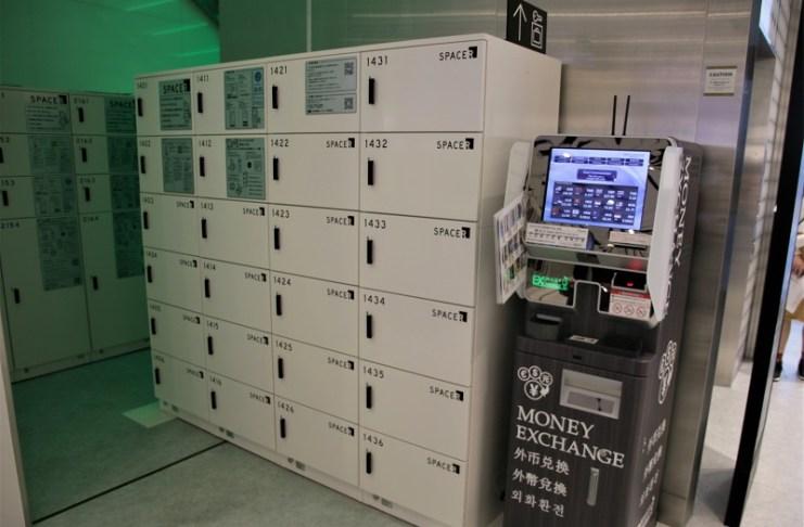 一樓電梯旁則設有外幣兌換機和電子式置物櫃