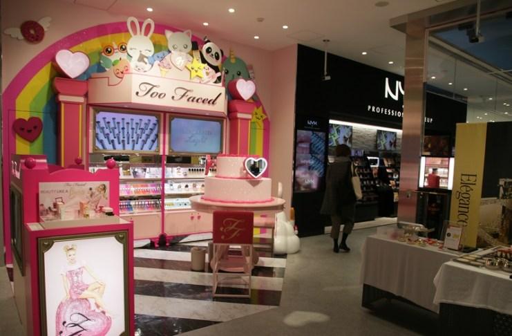 店內陳列各式各樣的美容、化妝品商品