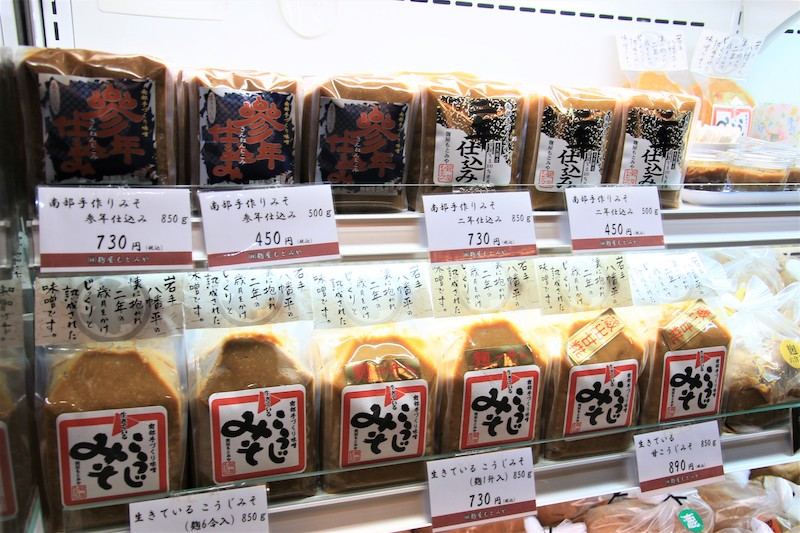 各式各樣的味噌商品陳列在店內