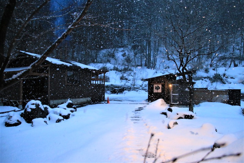 溫泉小屋就在室外的一隅,需要走過雪地才能抵達