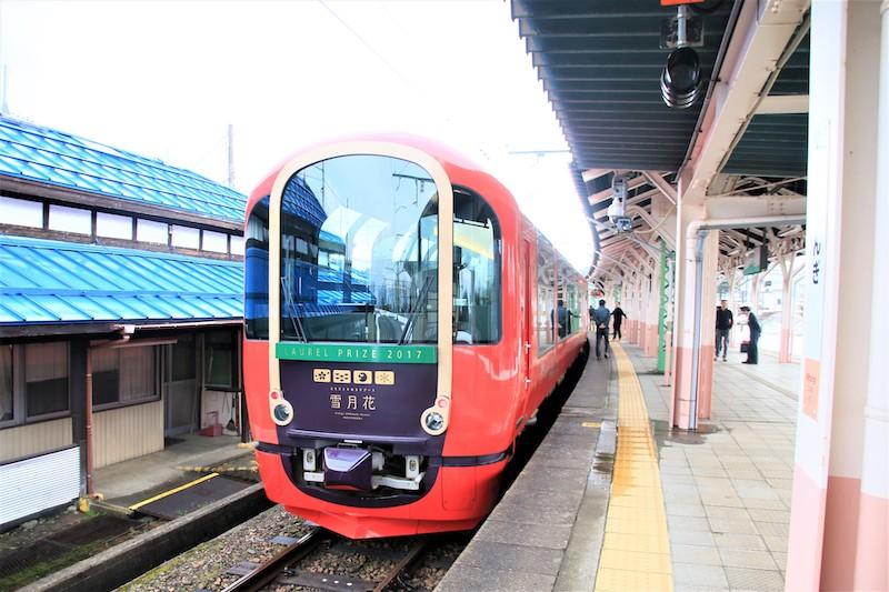 停靠在鄉間的車站月台,更讓這輛由知名設計師打造的觀光列車吸睛