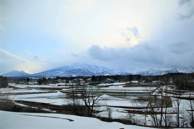 雪國新潟冬季的招牌景色,正是眼前這片銀白色的山嵐與田園
