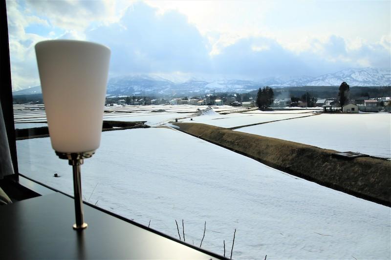 透過窗戶可以欣賞3月殘雪覆蓋大地的景色