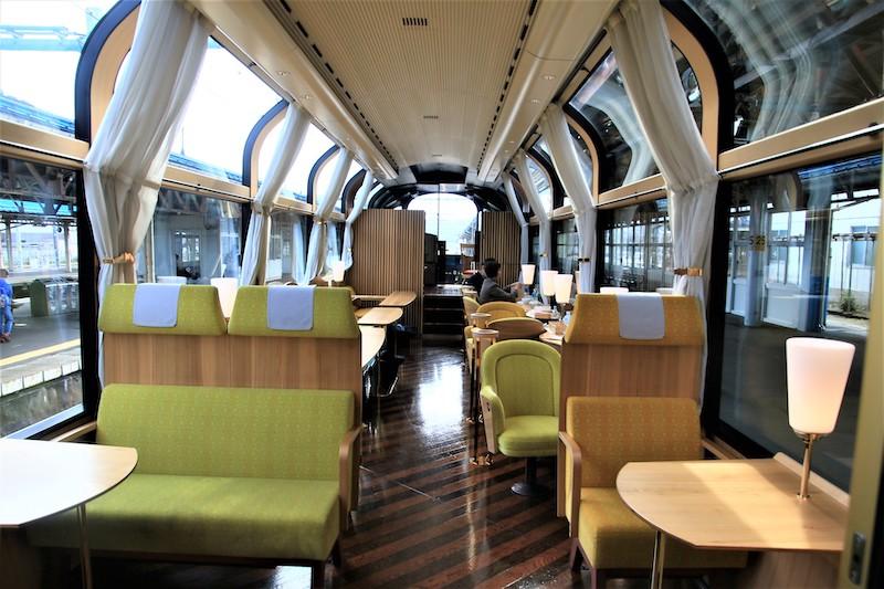 1號車廂使用國產杉木和越後杉,打造家具和車廂隔牆