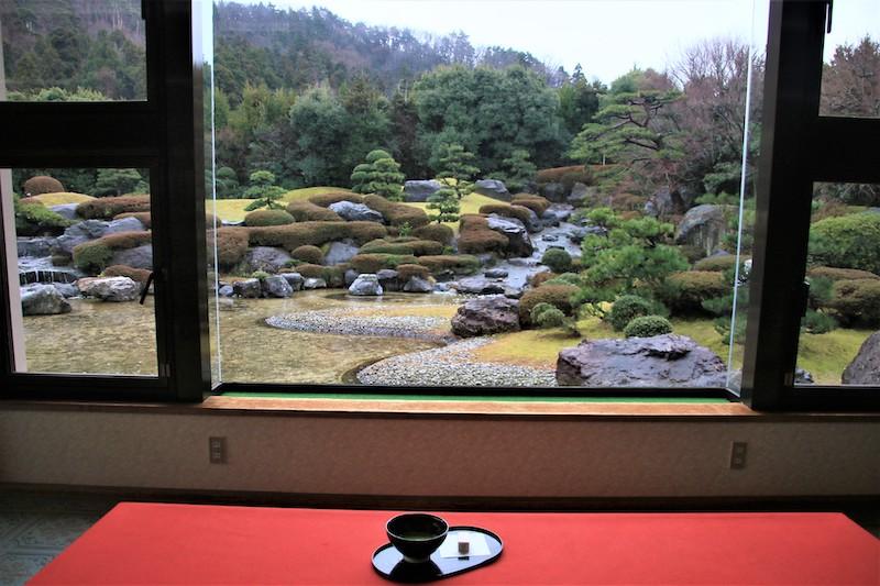 點杯抹茶搭配和菓子,坐在窗邊靜靜欣賞玉翠園的仛寂之美