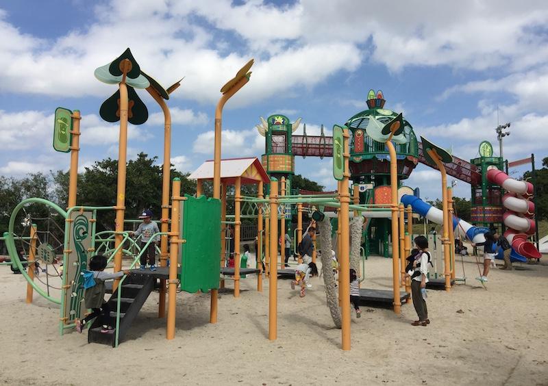 南風町「本部公園」的器材分齡設計,0-12歲的小朋友都可以找到適合的遊樂設施