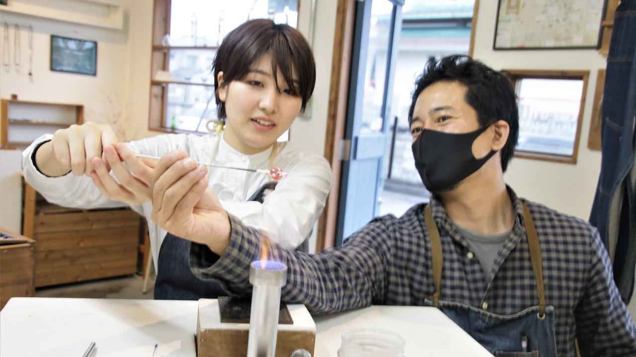 不懂日文也不用擔心, 老師會親切示範,教你 怎麼手作玻璃珠!