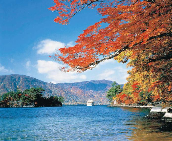 Autumn foliage at Lake Towada
